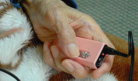 母へ使いやすい補聴器パイオニアのフェミミをプレゼントし補聴器を握る母の手をデジカメ撮影