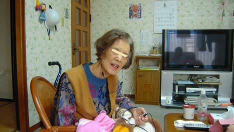 補聴器ではなく集音器を使いだし喜ぶ母をデジカメ写真撮影しました