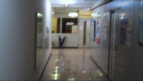 日建学院沼津校の廊下の様子を携帯電話のシャメで撮影