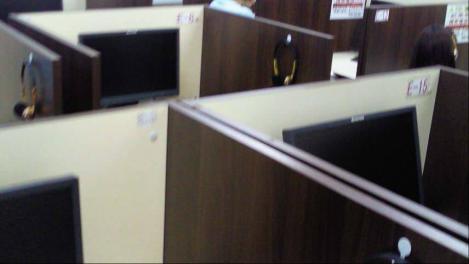 日建学院沼津校のDVD講習の部屋の個人の間仕切りを携帯電話カメラでシャメった写真画像です