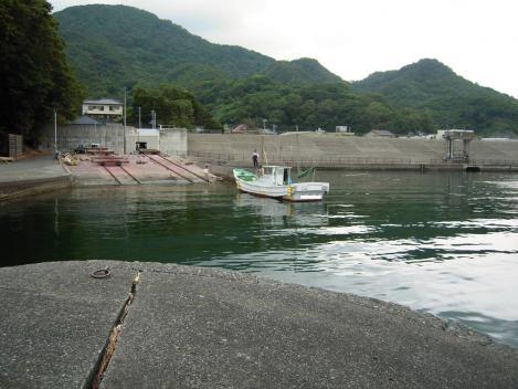 駿河湾の沼津市多比で早朝から防波堤で海釣りをしてると漁船が戻って来た光景をデジカメ撮影した