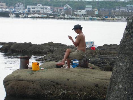 神奈川県から来ていた建設業界の職人さんはスマートフォンを見ながら海釣りをしていた時をデジカメ写真撮影した