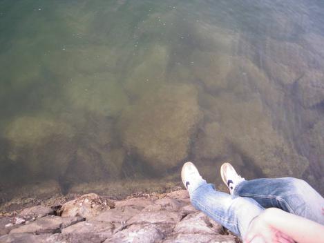 海釣りに飽きた嫁は防波堤からキンギョと呼ばれるネンブツダイを眺めていた時をデジカメ写真撮影したのよ