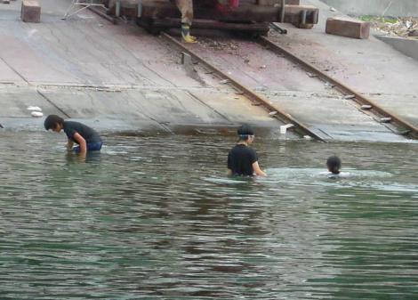 海釣り付近の海水で泳ぎ始めた女子中学生をデジカメ写真撮影しちゃいました