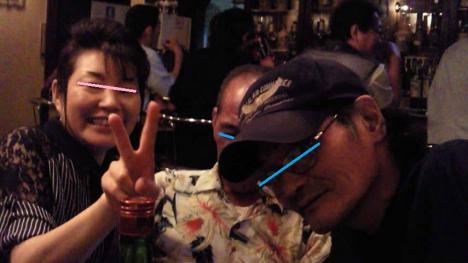 近所の男性先輩と三島市のパブで飲んでる様子をシャメ撮影した