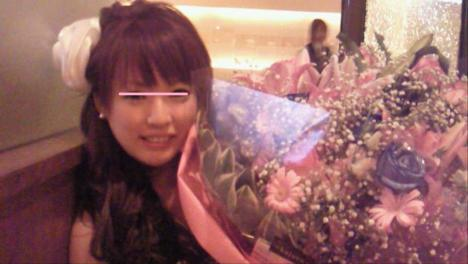 沼津市のキャバクラ嬢の優空ちゃんは誕生日だったので花束を贈った時の写真をシャメで撮りました