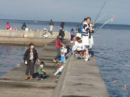 磯釣り現場に多くの釣り人たちがやってきた朝9時過ぎ
