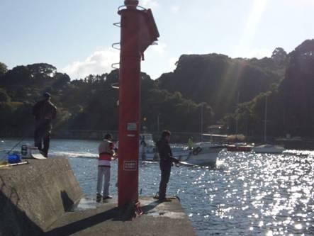 磯釣り現場の防波堤先のミニ展望台付近で漁船が戻ってきた
