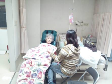 ブログ写真にした日曜に母の見舞いで東名裾野病院に入院し車椅子に乗り暖まる笑顔の母をデジカメ写真撮影した