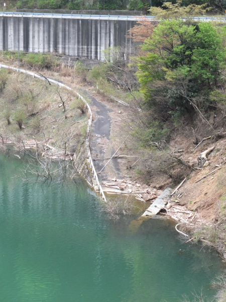 ダムに沈む道