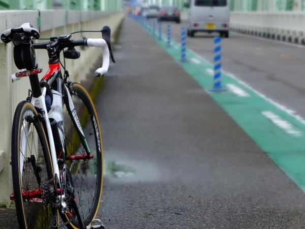 雨の熊野川河口バイク