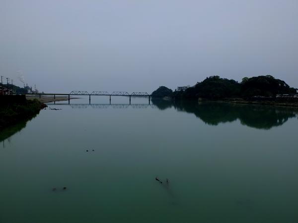 雨の熊野川河口