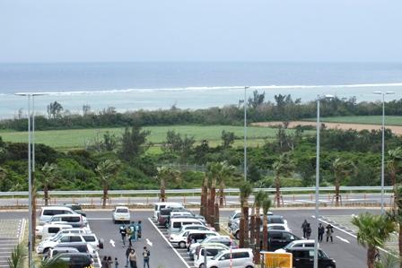 駐車場と海