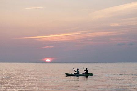 夕陽とカヌー
