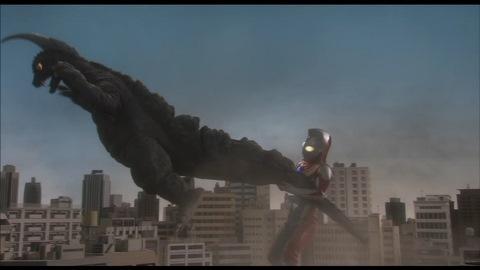 アーストロンを振り回すウルトラマンダイナ