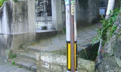16:35 大浦天主堂横に着ました。 祈念坂という案内板が無いと思ったら、街灯の細い棒に祈念坂という小さなシールが・・・。ウケル。