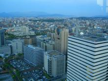 19:10 舞鶴公園・博多駅 方向 ・・・ 日没後 間もなくで 薄っすら明るいです。