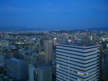 19:23 舞鶴公園・博多駅 方向 ・・・ 左の写真の13分後です。大分暗くなりました。