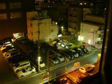 20:25 ホテル6Fの部屋から見た 駐車場。 私達のレンタカーもここにあります。