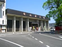 10:03 曳山展示場は唐津神社の道を挟んだお隣りです。