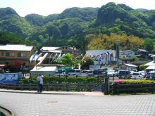 11:38 駐車場に鯉のぼりが泳いでます。 この山に囲まれた風景、とってもステキ。