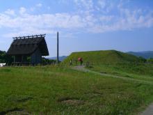15:42 北墳丘墓 ・・・ 盛り上がっている芝のところです
