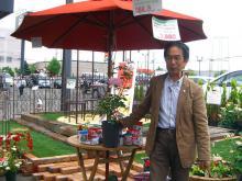こちらのバラは有島先生のバラ。大野耕生氏から有島薫氏に捧げられた「フレグランス オブ フレグランシズ」というバラです。