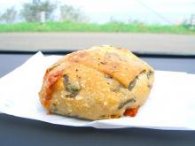 ホウレン草とチーズのパン 312円(量り売り)