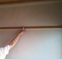 壁紙の向こうは大きな亀裂