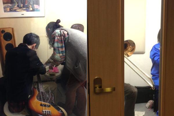 岐阜県各務原市サックス教室修理のウインドウエーブ、トロンボーン照喜名先生とエレキベース木全先生のレッスン