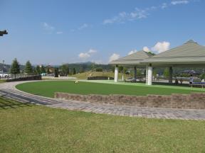 芝生広場と休憩スペース
