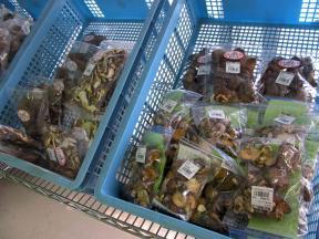 加工食品もいろいろと売っています