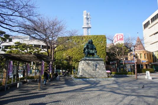 甲府駅前信玄公像 広場