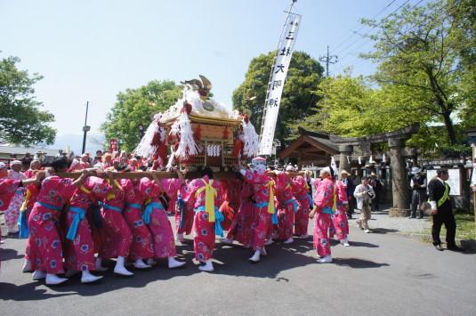 おみゆきさん 神輿 神社前