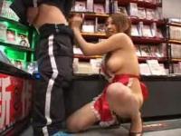 裸エプロン巨乳ギャルがアダルトショップ店内でフェラ手コキサービス!