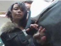 【手コキ】電車内でチャックからチンポを取り出し手コキ始めた短髪美少女