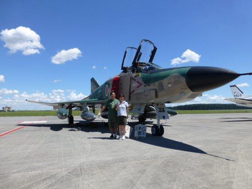 記念撮影自衛隊飛行機と2人P1000839