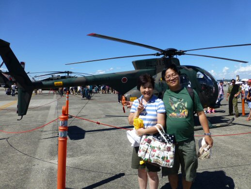 記念撮影ヘリコプターと2人自衛隊P1000874