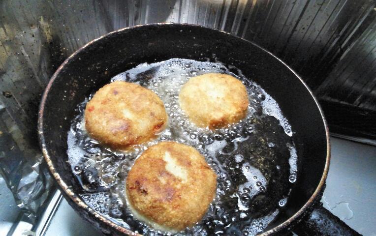 油のなかで行水する里芋コロッケ