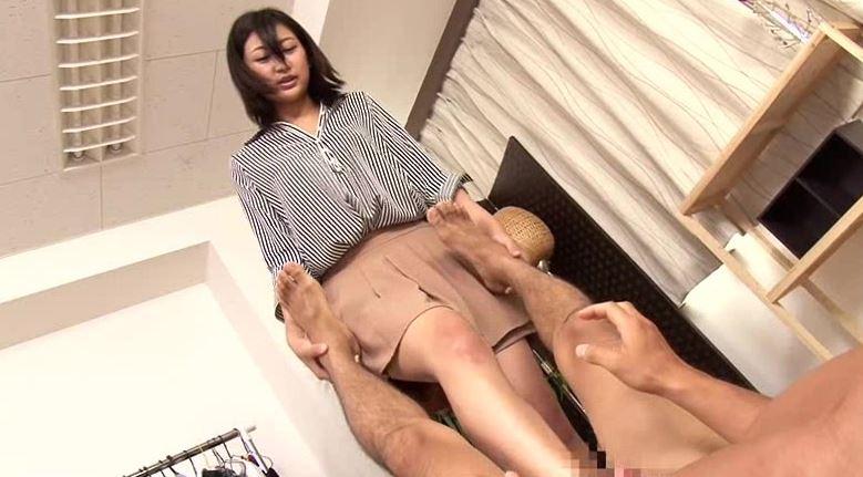 友達にエロ本を貸したらそのお姉さんにイジメられて何度も射精させられた。の足コキDVD画像1