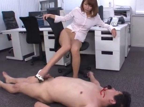 ドエス女が臭い小便ぶっかけてハイヒールコキで責めるの脚フェチDVD画像3