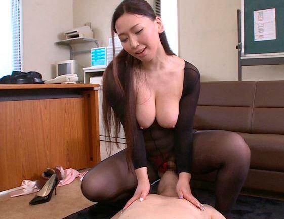 爆乳娘の佐山愛が全身網タイツのコスプレで着衣SEXの脚フェチDVD画像3