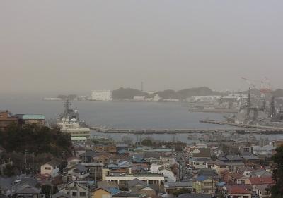 黄色く霞む東京湾