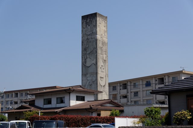 愛媛県営森松団地の給水塔と民家