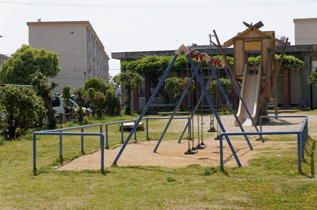 愛媛県営森松団地の中層棟付近公園