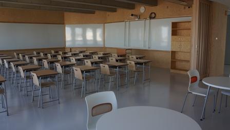 教室と廊下は壁ではなくスライド式のパーテーションで仕切られる。