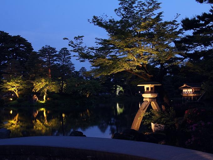 兼六園ライトアップ「初夏の段」 ことじ灯篭と藍色の空
