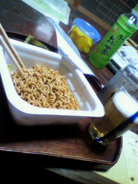 飲んだ後の〆は~焼きそば。で、ビール(^^)