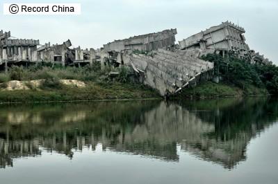 倒壊し廃墟と化した集合住宅