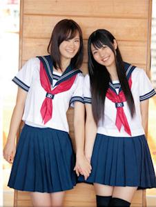 セーラー服姿の瀬戸麻沙美(右は大坪由佳)既に女子大生になってますが…